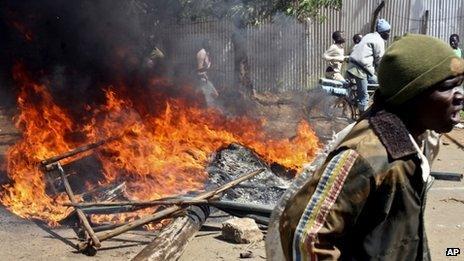 A burning barrdicade in Kisumu, Kenya (29 October 2012)