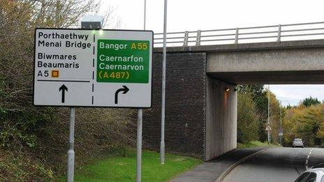 Yr arwydd ger Pont Britannia