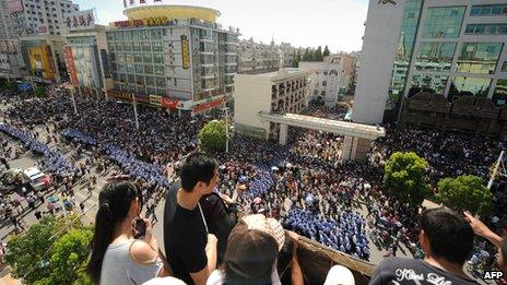 Thousands of people protest outside the local government offices in Qidong in the eastern China province of Jiangsu, 28 July 2012