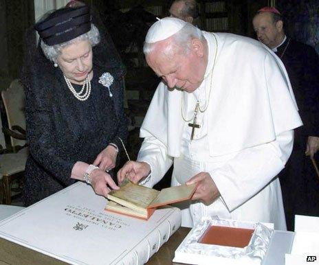 Pope John Paul II meeting the Queen in 2000