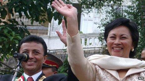 Marc Ravalomanana and his wife Lalao after being sworn in in 2002
