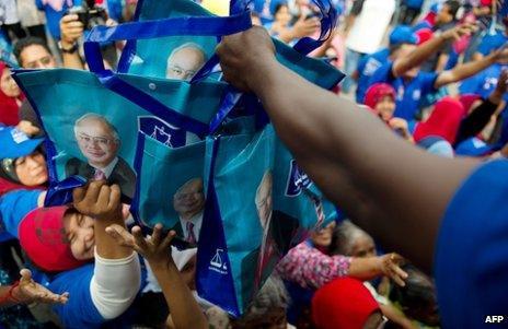 Supporters of Malaysian Prime Minister Najib Razak receive goody bags before a rally in Dengkil, near Kuala Lumpur, 3 May