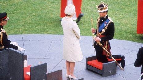 Y Frenhines Elizabeth II yn coroni ei mab