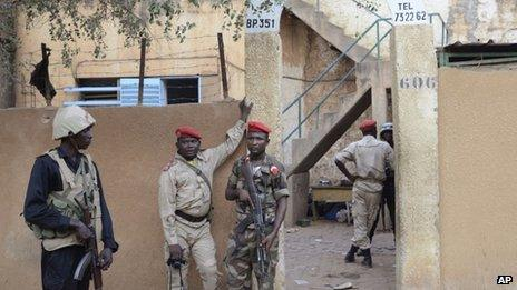 Niger troops stand guard outside Niamey prison on 1 June