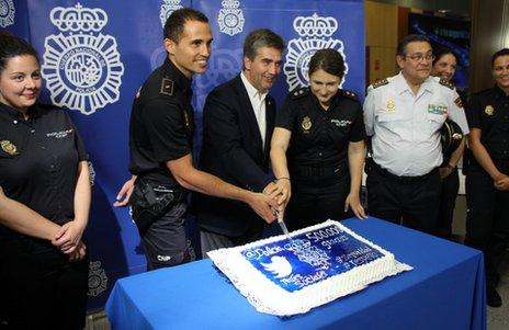 Spanish police celebrate their 500,000th follower on Twitter