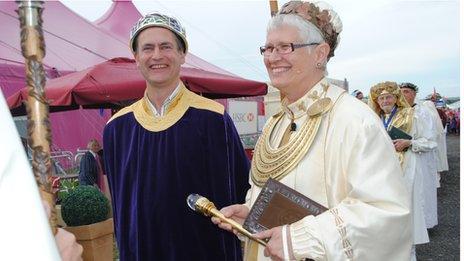 Enillydd y Goron, Ifor ap Glyn, gyda'r Archdderwydd Christine