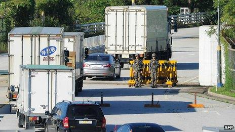 Vehicles pass through a border checkpoint in Paju to head back to the North's Kaesong industry complex (16 Sept 2013)