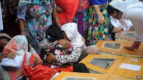 Pakistani Christians mourn beside the coffins of relatives killed in two suicide bomb attacks in Peshawar, 22 September 2013
