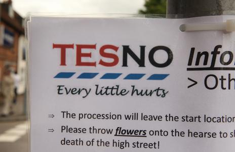 """""""TES-NO"""" sign posted by protesters"""