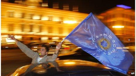 Georgian people drive around the city with the Georgian Dream coalition flags as they celebrate in Tbilisi (27 Oct. 2013)