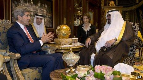 US Secretary of State John Kerry meets with Saudi Arabia's King Abdullah, right, in Riyadh (4 Nov 2013)