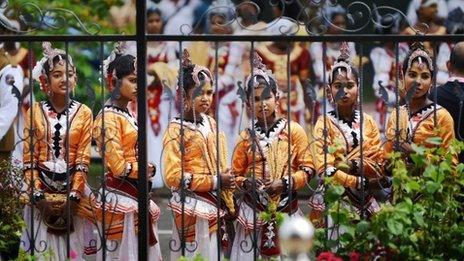 Sri Lankan girls in traditional costume at the Commonwealth summit in Sri Lanka, 15 November 2013