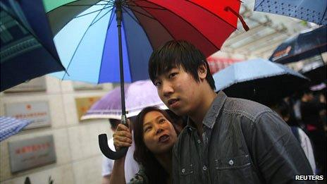Shanghai mother meets son after gaokao exam