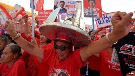 """Thai pro-government """"Red Shirts"""" waves clappers as they gather at Rajamangala stadium in Bangkok on 24 November 2013"""