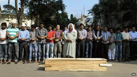 The funeral of a man who died after being injured by a petrol bomb thrown by opposition party activists in Dhaka (04 December 2013)