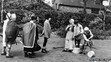 Children perform the Wise Men of Gotham in Eastwood in 1957