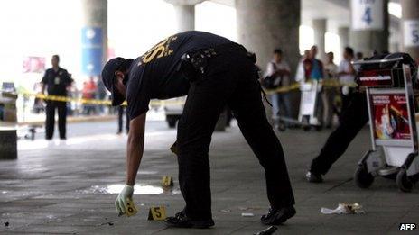 A policeman at Manila airport (20 Dec 2013)