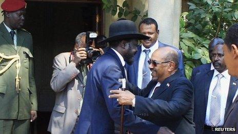 South Sudanese President Salva Kiir (L) and Sudanese President Omar al-Bashir (6 January 2014)