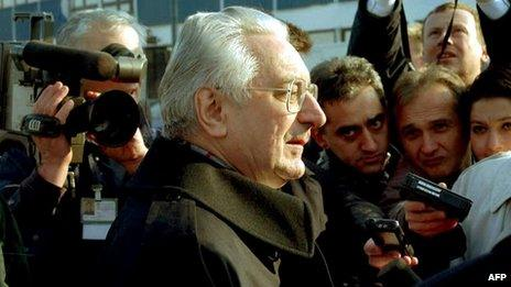 Croatian President Franjo Tudjman (C) is mobbed by reporters at Zagreb airport on 22 November, as he returns from the Bosnian peace talks in Dayton, Ohio.