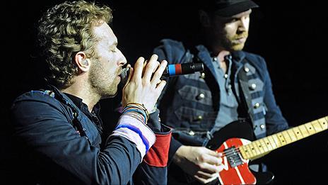 Coldplay's Chris Martin and Jonny Buckland (r)