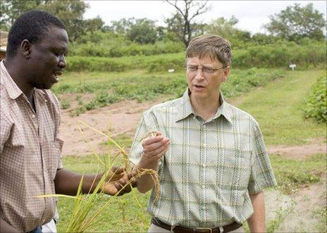 Bill Gates (right) speaks to agronomist Francis Adunoye on a visit to Abuja, Nigeria, in 2006 (image: Bill & Melinda Gates Foundation/Prashant Panjiar)