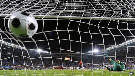 Goalkeeper dives right