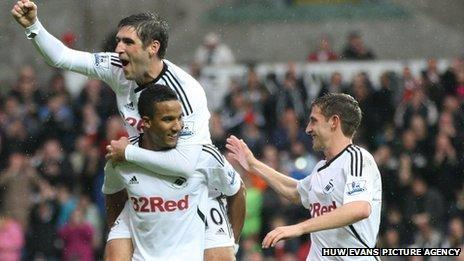 Danny Graham, Scott Sinclair a Joe Allen yn dathlu