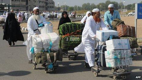 Pilgrims return to Ahmedabad from Haj in 2011