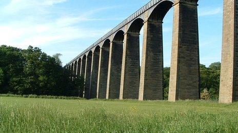 Un o dri safle treftadaeth y byd yw Pont Traphont Pontcysyllte