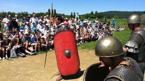 Actors at the Alesia MuseoParc teach Roman tactics