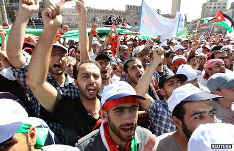 Supporters of the Islamic Action Front and other opposition parties protest in Amman (5 October 2012)