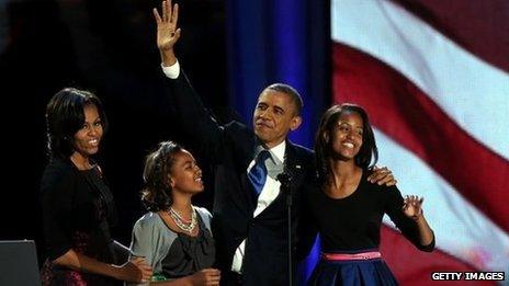 Yr Arlywydd Barack Obama yn dathlu gyda'i wraig Michelle Obama a'i ferched Sasha a Malia