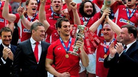 Carfan Cymru yn dathlu cipio'r Gamp Lawn 2012