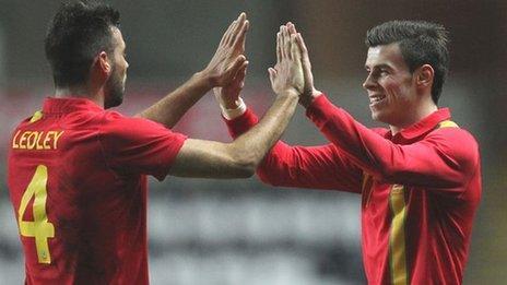 Joe Ledley a Gareth Bale yn dathlu'r gôl