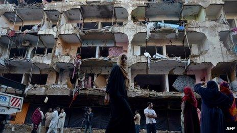 Damaged homes at the site of a sectarian bomb blast in Karachi (04 March 2013)