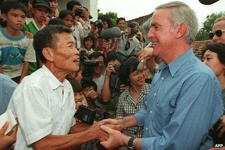 Pete Peterson shaking hands with Nguyen Viet Chop