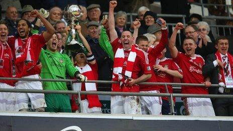Wrecsam oedd yn fuddugol yn Wembley ac yn codi Tlws FA Lloegr
