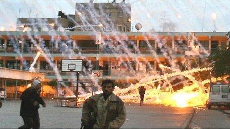Palestinians run as white phosphorus lands on a UN-run school in Beit Lahia (17/01/09)
