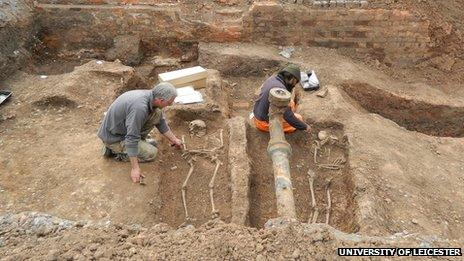 Two archaeologists uncover two bodies in the Roman cemetery