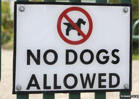 """A """"No dogs allowed"""" sign"""