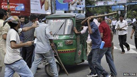 Protesters attempt to vandalize an auto rickshaw after hearing the verdict of the trial of Ghulam Azam (not pictured), the former head of Jamaat-e-Islami party as they demand his capital punishment in Dhaka July 15, 2013