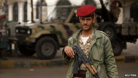 Yemeni soldier manning a checkpoint in Sanaa (5 August 2013)