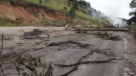 Tree trunks block a highway between highway between Puente Boyaca and Tunja on 26 August, 2013