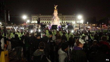 Police and protesters outside Buckingham Palace