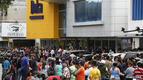 Shoppers outside a Daka store in Caracas (9 Nov 2013)