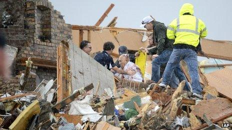 Rescuers pull an injured resident from a destroyed house in Washington, Ill. Photo: 17 November 2013