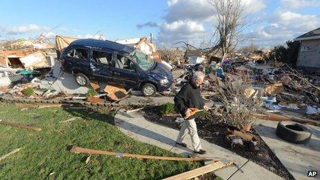 A man salvages items from his brother's home in Washington, Ill. Photo: 17 November 2013