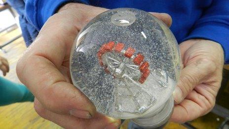 A ferris wheel snow globe