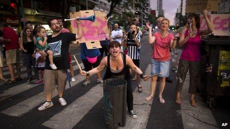 People that have been without electricity for almost two weeks protest by blocking an avenue in Buenos Aires on 26 December, 2013