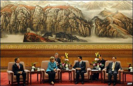 From left Treasury Secretary Timothy Geithner, US Secretary of State Hillary Clinton, Chinese President Hu Jintao and Vice Premier Wang Qishan at the Great Hall of the People in Beijing on 25 May 2010